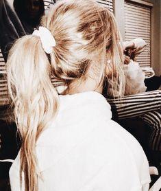 Hairstyle Ideas for Long, Short & Medium Length Blonde Pony Vsco Hair Style Cute Girly Simple Stylis My Hairstyle, Messy Hairstyles, Pretty Hairstyles, Scrunchy Hairstyles, Hairstyle Ideas, Undone Look, Messy Short Hair, Messy Blonde Hair, Blonde Ponytail