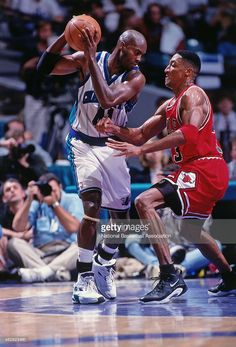 Glen Rice #41 of the Charlotte Hornets drives against Scottie Pippen #33 of the Chicago Bulls during a game circa 1998 at the Charlotte Coliseum in Charlotte, North Carolina.