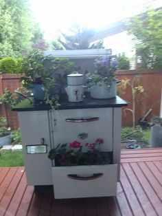 Old stove planted (after) Antique Kitchen Stoves, Antique Wood Stove, How To Antique Wood, Vintage Oven, Primitive Garden Decor, Shed With Porch, Old Stove, Coffee Bar Home, Vintage Appliances
