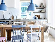 0-chaises-colorées-dans-la-salle-à-manger-idée-déco-chambre-carreaux-beiges