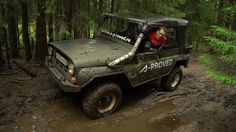 Рубимся на УАЗике через лес и грязь.