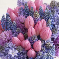 Los tulipanes reafirman su poder de decoración con su inigualable belleza, salte de lo común y opta por un arreglo de este tipo.