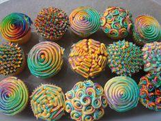 Psychedelic rainbow cupcakes by taarten decoreren gepind door www.hierishetfeest.com