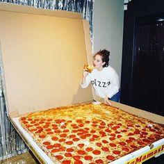 @amirahkassem took birthday pizza  next level. #EEEEEATS #DailyPizza #GiantPizza