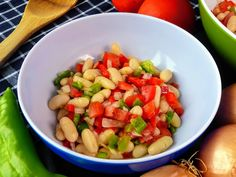 Cómo hacer ensalada de judías blancas. Las legumbres son una magnífica fuente de minerales y vitaminas. Cocinarlas no suele ser un problema, ya que Fruit Salad, Salsa, Mexican, Ethnic Recipes, Food, Vitamins, White Bean Salads, Dishes, Dressings