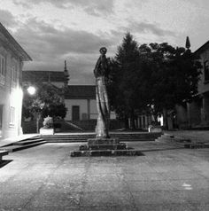 Boa tarde :D  O Pelourinho de Arcos de #Valdevez  a preto e branco  ao cair da noite de ontem - http://ift.tt/1MZR1pw -