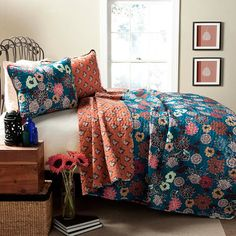 Outfit your master suite or guest room in classic style with this timeless cotton quilt set, featuring a paisley patchwork motif for eye-catching appeal.