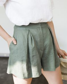 Linen shorts Linen shorts High waisted with single reverse folds on . - Linen shorts Linen shorts High waisted with individual reverse folds on each piece. Maybe move the - Look Fashion, Spring Fashion, Fashion Outfits, Womens Fashion, Fashion Clothes, Diy Fashion, Fashion Shorts, Fashion 2018, Fashion Ideas