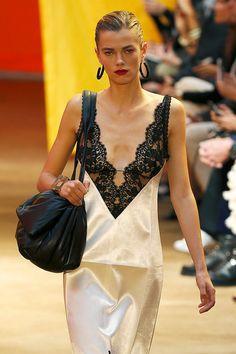 Com magreza excessiva dominando semana de moda em Paris, evento se destaca com desfile feito por anãs
