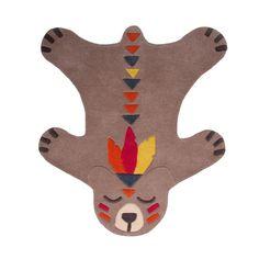 Ce tapis ours aux détails sophistiqués habillera à merveille le sol de la chambre de votre enfant. Pensé comme une peau de bête, il sera parfait pour compléter une décoration sur le thème des indiens et/ou très colorée. Ce tapis animal est doux et fabriqué en 100% laine pour réchauffer les pieds de vos petits. Format : 100 x 115 cm