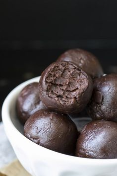 Raw Vegan Protein Packed Brownie Batter Bites Raw brownie bites made in minutes, packed with protein and a perfect after school snack! The nut-free option makes this the ultimate allergy friendly treat. Raw Desserts, Paleo Dessert, Healthy Desserts, Dessert Recipes, Healthy Protein Snacks, Protein Bites, Vegan Protein, Vegan Lunch Box, Vegan Lunches
