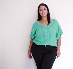 Blusa verde esmeralda, a cor do verão, deixa o look mais alegre, sofisticado e elegante. R$ 99,00