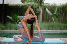 Yoga is an ideal exercise to body and mind. Practicing yoga offers a number of health benefits including a healthy strong body and peace of mind. Yoga has helped many of us to live calm and peaceful lives. Vinyasa Yoga, Yoga Flow, Asana, Physique, Fitness Del Yoga, Videos Yoga, Different Types Of Yoga, Learn Yoga, Yoga Fitness