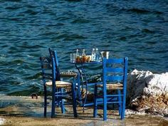 Time for ouzo by the sea! Romantic Mood, Outdoor Furniture Sets, Outdoor Decor, My Land, New York Skyline, Greece, Sea, Places, Greek Islands