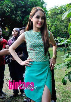 Segarnya Batik Turquoise Cinta Laura | Segarnya Batik Turquoise Cinta Laura - Yahoo Celebrity Indonesia
