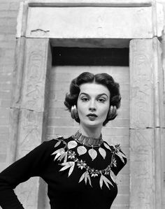 * Model is wearing replicas of a variety of ancient Sumerian jewelry offered for sale by New York's Metropolitan Museum, photo Nina Leen, 1952 Look Vintage, Vintage Beauty, Vintage Black, Retro Vintage, Vintage Woman, Vintage Vanity, Vintage Ideas, Vintage Hair, Vintage Glamour