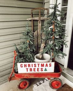 52 Adorable Christmas Porch Decorating Ideas on a Budget - Decorations & Holiday Decor Decoration Christmas, Farmhouse Christmas Decor, Noel Christmas, Christmas Centerpieces, Xmas Decorations, Christmas Crafts, Christmas Yard, Centerpiece Ideas, Vintage Christmas