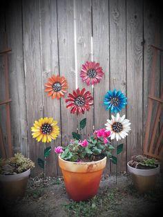 Metal Flowers Fence Flowers Fence Decoration Metal Flowers for Fence or Tree Flower Fence, Flower Pots, Pansy Flower, Garden Stakes, Garden Art, Garden Ideas, Soda Can Flowers, Fresco, Tin Can Art