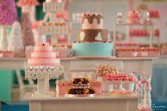 http://www.blogencontrandoideias.com/?/posts/26443/festa-confeitaria.html  Lindíssima! E ficaria aiiinda mais com a nossa Luminária Cupcake: https://loja.usare.com.br/luminaria-cupcake
