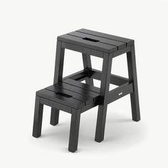 Deze trap van Skagerak heeft dezelfde eenvoudige functionaliteit als een klassieke huishoudtrap. Maar Dania is oneindig veel mooier en steviger uitgevoerd. Leuk detail: de onderste trede kun je uittrekken voor een simpele opstap.  Dit trapje gemaakt van FSC-gecertificeerd eikenhout. #byjensen