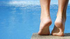 Onze voeten verdienen meer aandacht en goede verzorging. Pijnlijke en vermoeide voeten kunnen van invloed zijn op hoe u zich voelt. Uit onderzoek blijkt dat één op de drie vrouwen last heeft van zeer droge hielen, dit kan leiden tot hielkloven.