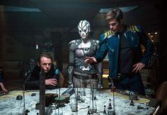 Scotty, Jaylah y Kirk planean cómo atacar al villano en su base, en esta escena de Star Trek Sin Límites (2016)