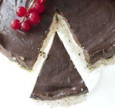 Kaken som knapt inneholder kalorier: Skumbollekake Skumbollekake Ingredienser til kake i 18 cm form, 69 kcal for 1/12 4 eggehviter 1-2 dl sukrinmelis 6 plater gelatin 1/2-1 dl vann vaniljepulver (kan sløyfes) Glasur: 100 g mørk sjokolade, mer enn 70% 2 eggeplommer 1-2 ss kokosmelk (den harde delen) Low Carb Candy, Low Carb Sweets, Candy Recipes, Dessert Recipes, Desserts, Norwegian Food, Healthy Sweet Treats, No Sugar Foods, Sweets Cake