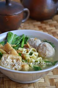 Indonesian Food Indonesian cuisine is one of the most vibrant and colourful cuisines in the world, full of intense flavour. Asian Recipes, Healthy Recipes, Ethnic Recipes, Healthy Food, Food N, Food And Drink, Prawn Noodle Recipes, Diah Didi Kitchen, Indonesian Cuisine