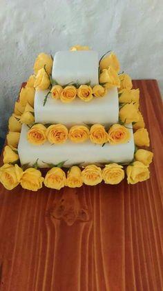 Torta de matrimonio con flores amarillas
