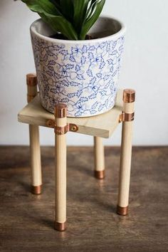 Copper and Wood Plant Stand DIY - Live Free Creative Co Finishing off the month of woodworking with this pretty and simple copper and wood plant stand! It's perfect to highlight your favorite plant baby. Wood Projects For Beginners, Diy Wood Projects, Wood Crafts, Wood Working For Beginners, Cool Diy, Easy Diy, Indoor Plant Shelves, Wood Plant Stand, Plant Stands