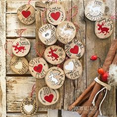 """{Qualcosa di natalizio ~ terza parte} Il Natale, per me, è rosso e bianco. È legno e latta. È stecche di cannella e bacche di rosa canina. Ho unito tutto questo nei miei """"LEGNETTI"""", tondini di legno di faggio (da rami gentilmente offerti dal mio bosco e gentilmente tagliati, levigati e trattati da Lui!) decorati e scritti a mano, da appendere al proprio albero di Natale! {#CountryChiccaHandmade ❤️} {Per info...direct o mail in bio }"""
