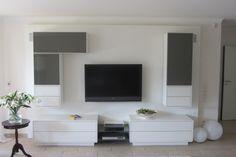 innovative Wohnwand; die oberen Cuben haben rundum ein LED-Lichtband - Kombination, incl. Rückwand als Reliefplatte Ocean, aus Weiss Hochglanz und Glas in RAL 7039 lackiert