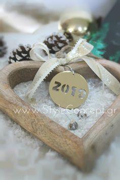 #2019 #xmas #gift #plexiglass #wood #gouri #charm #charm2019 #luxurygift Μια ιδιαίτερη επιλογή δώρου για το γούρι του 2019!  ΧΑΡΑΚΤΗΡΙΣΤΙΚΑ: Γούρι ξύλινη καρδιά 19χ19εκ με το γούρι του 2019 σε στρογγυλό χρυσό καθρέπτη & κορδέλες. Place Cards, Place Card Holders
