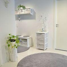 Eteiseen saat keveyttä likaahylkivillä wm-carpetin matoilla. Malleja, muotoja ja erivärejä löytyy kaupasta:  www.mattomaailma.fi #matto#carpet#mattomaailma#rugs#shop#verkkokauppa#sisustuskauppa#whitehouse#valkoinenkoti#nukkamatto#koti#sisustus#etuovisisustus#style#white#valkoinen#harmaa#eteinen