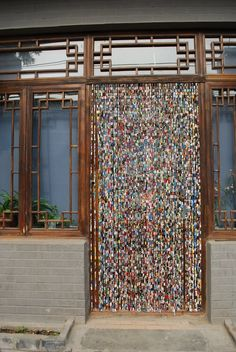 Upcycled magazines, cut into strips and rolled around paper clips and then linked together…DIY::BEADED CURTAIN:: Upcycled Paper Beads Hanging Bead Curtain