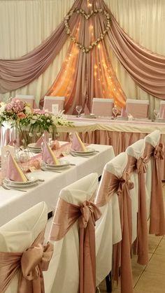 A középpont a Ti helyetek, ezért itt minden dekorációs elem, felétek vezeti a tekintetet. Wedding Table, Wedding Ceremony, Our Wedding, Dream Wedding, Wedding Ideas, Pink And Gold Wedding, Blush And Gold, Rose Gold, Gold Wedding Decorations