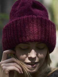 This ample beanie has a folded brim to keep your ears warm in the coming winter. Knitted from Novita Natura. Mittens Pattern, Beanie Pattern, Knitting Patterns, Crochet Patterns, Knit Crochet, Crochet Hats, In Natura, Ear Warmers, Alpacas