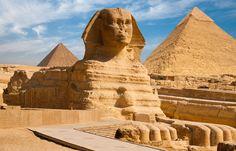 Velká sfinga v Gíze. Jde o největší sochu vytesanou z jednoho kusu kamene, která kdy byla vytvořena. Je 74 m dlouhá, 19 m široká a 21 m vysoká.