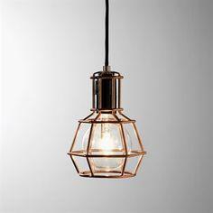 Work Lamp är arbetslampan som har lämnat garaget och flyttat in i vardagsrummet - med en tuffare attityd och ett snyggare formspråk! Finns i tre versioner