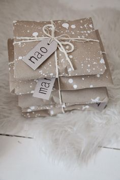 Add a bit of handmade goodness to your holiday… Christmas gift wrapping ideas : brown paper and white splatters Wrapping Ideas, Present Wrapping, Creative Gift Wrapping, Creative Gifts, Pretty Packaging, Gift Packaging, Christmas Gift Wrapping, Christmas Gifts, Brown Paper Wrapping