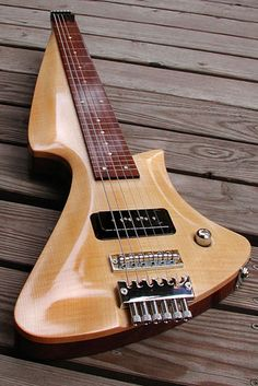 HEADLESS LAPSTEEL I • one piece mahogany body with carved figured maple top • rosewood fingerboard with maple fretlines • headless tuner/bridge combination • single soapbar pickup • finish: shellac • Off Guitars