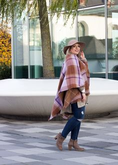 How to wear a poncho, streetstyle, poncho, hat, spring outfits on: http://missesviolet.com/fashion-outfits-streetstyle-koeln-mit-zara-bluse-destroyed-jeans/