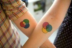 tattoo ideen fuer paare, bunte kreise, tattoos, die sich ergaenzen
