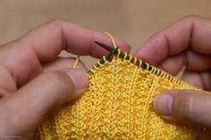 Strikket gul klut, oppskrift nr. 4 – Tove Fevangs blog Knit Crochet, Crochet Earrings, Knitting, Food Cakes, Potholders, Blog, Coasters, Kitchen, Creative