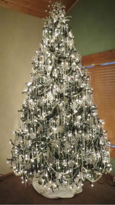 Wonderful White Christmas Tree Decor Ideas White Christmas decor is very refined and is getting popularity very fast for several reasons. First, most of us are already tired of the same traditional Vintage Christmas Tree Toppers, Elegant Christmas Trees, Silver Christmas Decorations, Christmas Tree Themes, Rustic Christmas, Christmas Home, Victorian Christmas Tree, Silver Christmas Tree, Christmas Colors