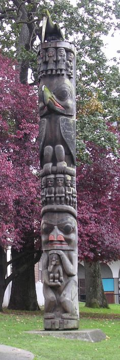 A totem pole located outside the Royal BC Museum in Victoria, British Columbia, Canada O Canada, Canada Travel, Totems, Arte Inuit, Alaska, Native American Totem, Victoria British Columbia, Les Religions, American Indian Art