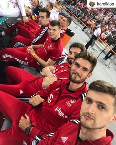 Loża szyderców 😅😅 To się nazywa modna ławka! 💪💪😊😉 🇵🇱🇵🇱 #volleyball #siatkówka #reprezentacja #reprezentacjaPolski #sezonreprezentacyjny… Sport Volleyball, Volleyball Players, Ski Jumping, Poland, Olympics, Skiing, Athlete, Poses, Baseball Cards