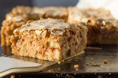Táto orechová žemľovka vôbec nie je len taká obyčajná žemľovka. Skôr pripomína šťavnatý orechový koláč s jablkami prevoňaný škoricou. Recept na túto skvelú orechovú žemľovku poslala pani Mária Palečková, ktorej aj touto cestou veľmi pekne ďakujeme. Je to starý rodinný recept, ktorý sa u nich dedí z generácie na generáciu. Banana Bread, Recipes, Sweet, Diet