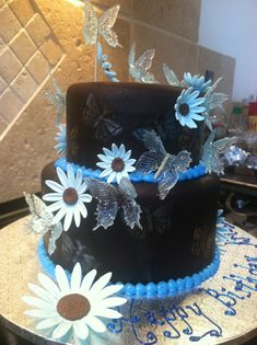 Chocolate fondant cake with isomalt (sugar) butterflies and gumpaste daisies in blue and brown by Teri Lyddiard at CakePlayGround. Isomalt, Chocolate Fondant Cake, Sugar Glass, Sugar Art, Sugar Sugar, Modeling Chocolate, Cake Decorating Tutorials, Frosting Recipes, Shower Cakes