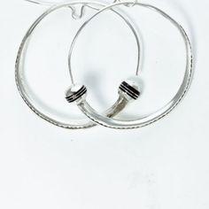 Bijoux ethniques : boucles d'oreilles creoles ciselé en ébène sur argent. BT25, bijoux argent.